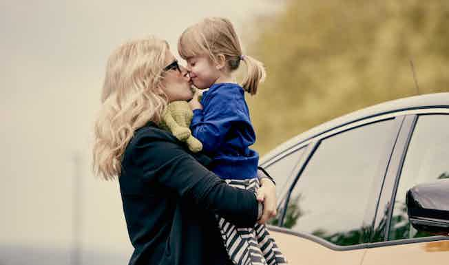 woman-kissing-child-car-renault-scenic