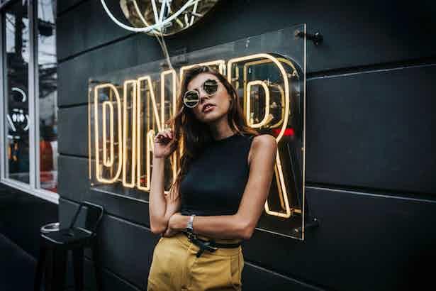 influencer-at-diner